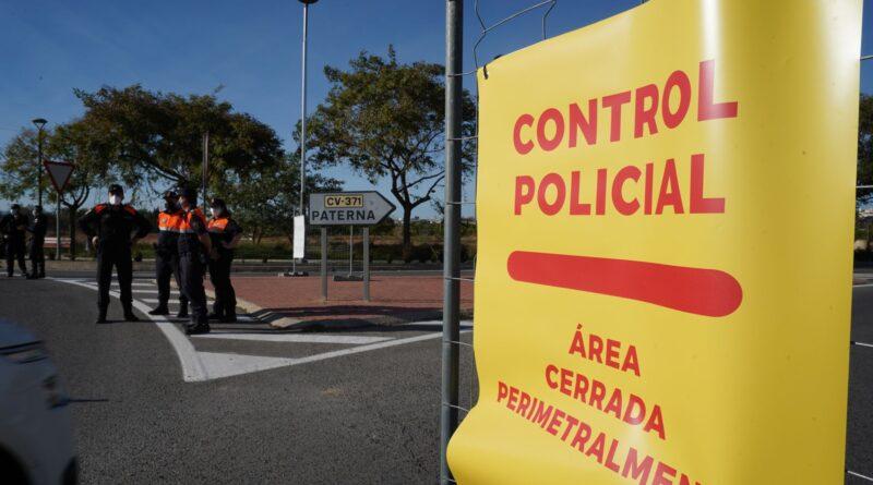 La ciudad de Paterna está viviendo sus primeras horas de confinamiento perimetral con la Policía Local desplegada en 12 accesos al municipio y con sus calles más vacías de lo que viene siendo habitual las últimas semanas.
