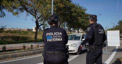 La Policía Local de Paterna ha hecho balance del primer fin de semana de cierre perimetral, que se ha saldado con más de un centenar denuncias interpuestas y más de 3.000 vehículos controlados en los puntos de vigilancia establecidos en los diferentes accesos a la ciudad.